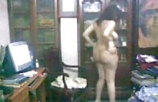टैटू गोरा उसे रसदार योनी के साथ इंग्लिश पिक्चर इंग्लिश सेक्स खेलता है